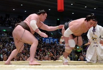 【動画】白鵬の卑怯相撲に館内大ブーイング、優勝インタビューで涙の謝罪