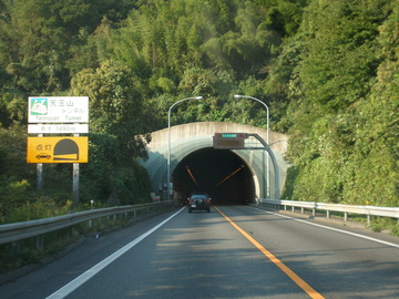 【大阪】名神高速を7キロ逆走、対向車と接触…運転の74歳女性「方向違いに気づき転回」