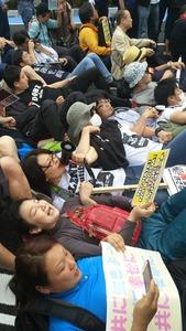 民進党・有田芳生、憲法で保障されたデモを実力行使で妨害して中止に追い込む