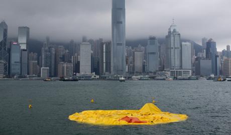【画像】巨大アヒルが香港でしぼむ、クレーンで引き上げ修理へ