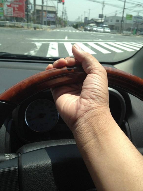 で、出た~ww車で左折する時ハンドルこんな風に持奴~ww