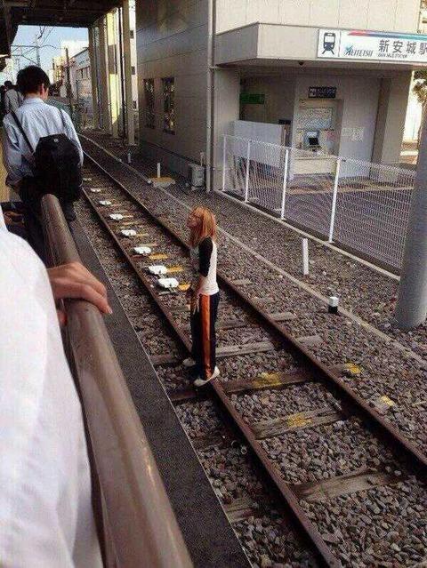 女子高生 「線路に入ったらサラリーマンがマジギレしててワロタwwwwwwwww」