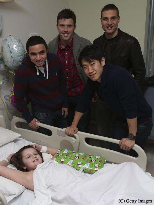 香川がチームメイトと小児病院を訪問 ちょっと早いサンタに・・・