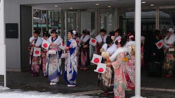 【札幌】成人式スタッフが、新成人から日の丸小旗を強制的に取り上げゴミとして処分