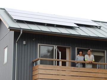 【話題】電線を引かない家を新築、太陽光と蓄電池で…「電力自給」で暮らす夫婦