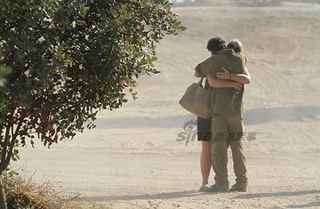 恋人と抱擁する写真を撮られたイスラエル軍兵士、数時間後に前線で死亡