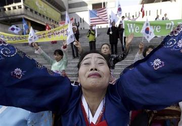 【マジキチ】韓国人「負傷した駐韓米大使の早期回復を祈るため、アメリカ大使館前で歌って踊りまくるニダw」