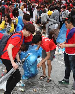 【サッカーW杯】韓国人サポーターが韓国でゴミ拾い → 中央日報「ゴミ拾いでは大韓民国の勝利ニダw」と自画自賛 → ネット民大爆笑wwwww