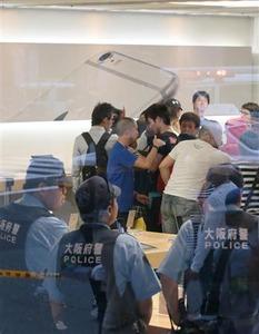 「中国からきて48時間も並んだのに、品物がないとはどういうことだ!」 中国人100人が大暴れして警官隊が出動…アップルストア心斎橋
