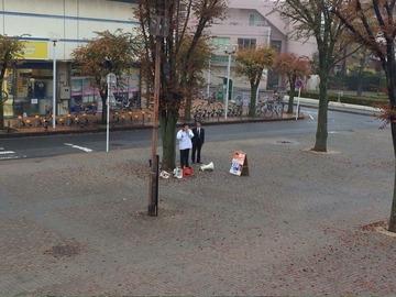 【悲報】民主党・枝野が駅前でSP従え一人カラオケwwwww
