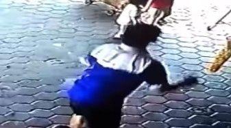 【動画あり】暴走した車に気づき、目の前にいた子供を救出したオヤジが話題に! 気づくのが遅かったら…