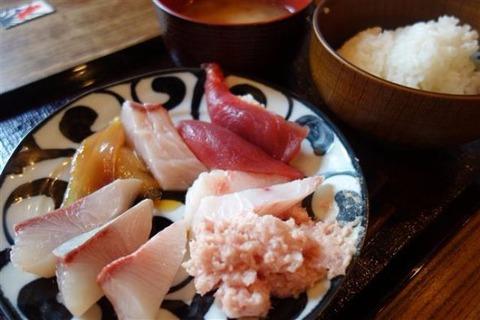 神田駅前にオープンした「刺身食べ放題890円」が安いと話題!店長「お客さんが来れば来るほど赤字になります」