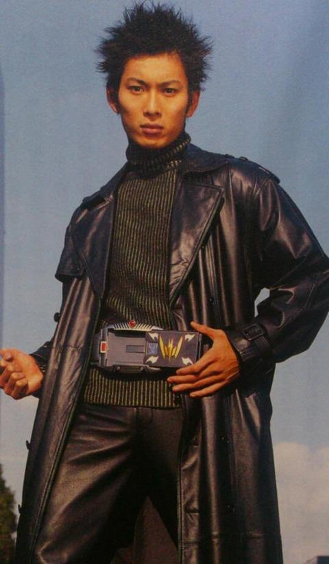 「仮面ライダー龍騎」で仮面ライダーナイト役の俳優の松田悟志さんが妻のスカート内を盗撮していた男を追跡して取り押さえる!