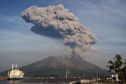 鹿児島県の桜島で火口縁上5000mに達する爆発的噴火が発生!