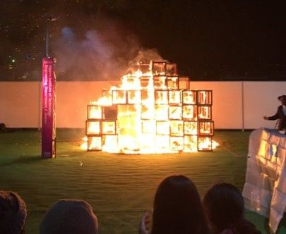 神宮外苑の東京デザインウィークで起きた火災、火元のジャングルジム(日本工業大学の展示物)は『木製×おがくず×白熱電球』で出来ていた事が判明! そりゃ燃えるわ…