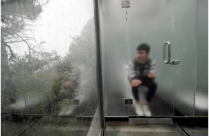 中国で全面ガラス張りの公衆トイレが完成wwwwwwwwwww