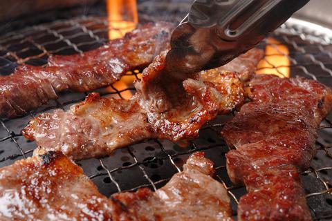 『焼き肉でやめてほしいアクション』ランキング! 『人が焼いている肉も勝手にひっくり返す』『自分で焼こうとしない』など