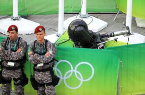 【リオ五輪】メイン会場で高さ20mの所につり下げられたカメラのワイヤーが突然切れて落下し、観客らを直撃!7人が軽傷