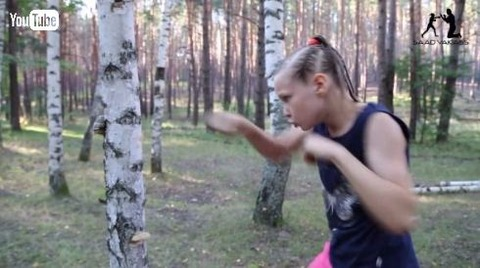 【動画あり】1分に100発のパンチを繰り出すボクサー少女wwwwwwwwパンチをした木はボロボロにwwwwwww