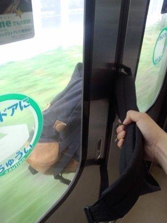 【画像】 俺のバックが電車に挟まれたまま発車されるwwwww