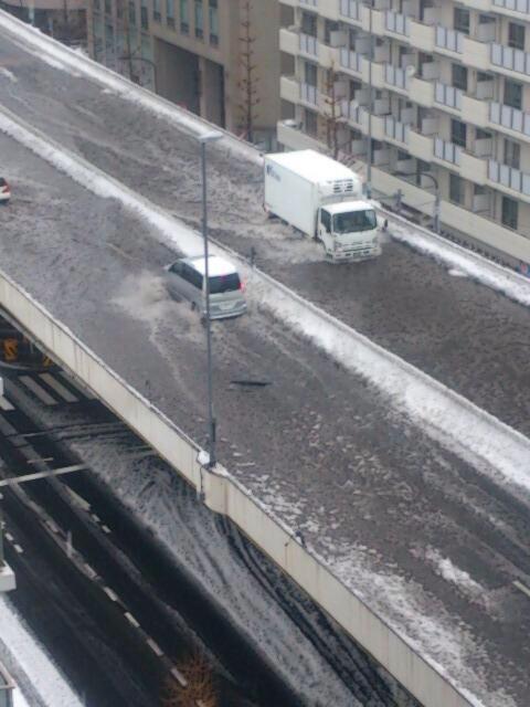 首都高終了、大雪で排水口が詰まりウォータースライダー状態