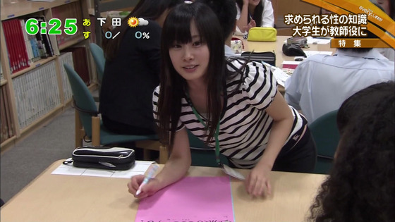 【画像】 美人女子大生が中学生に性教育で男子勃起中!