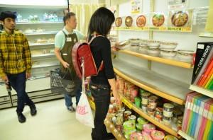 【画像】慶應義塾大学三田キャンパスでは女子大生がランドセルを背負って通学するのが流行