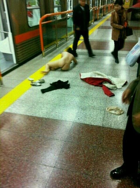 【韓国】 釜山の地下鉄に全裸女が登場 これは・・・