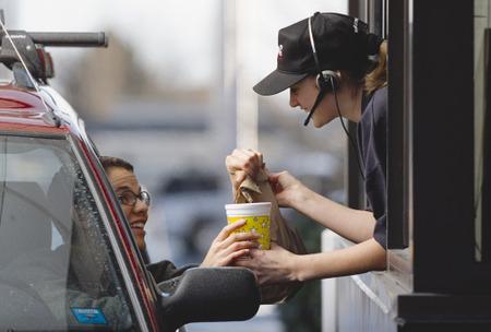 時給が安いという理由で店員の接客がおろそかであっても許されるの?