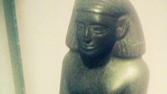 【英国】誰も触れていないのに…ひとりでに回る像の謎 マンチェスター博物館