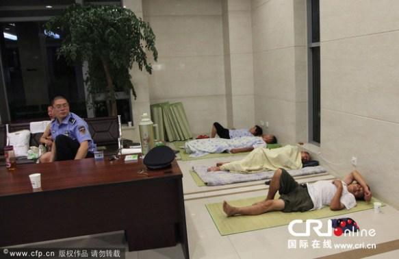 【画像】中国の避暑の方法がフリーダムと話題にwww