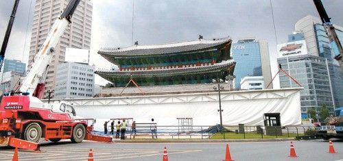 【韓国】「びっくりした崇礼門(南大門)」~写真作家のパフォーマンスの構造物が崩壊