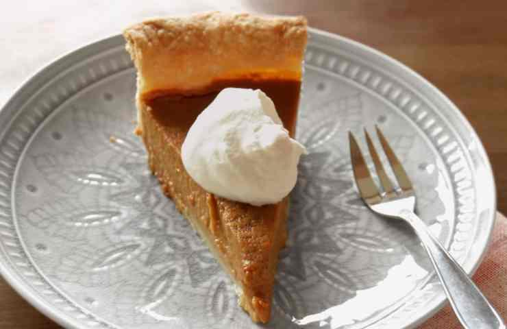 Pumpkin Pie (amerikanischer Kürbiskuchen) mit Chai-Gewürzen