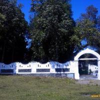 Tembok putih yang menjulang tinggi di tengah-tengah persawahan warga