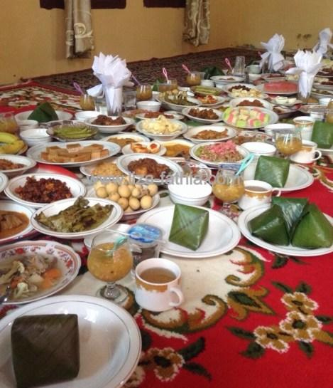 Hidangan yang siap disantap oleh tamu. Banyak variasinya dan bikin lapar :)