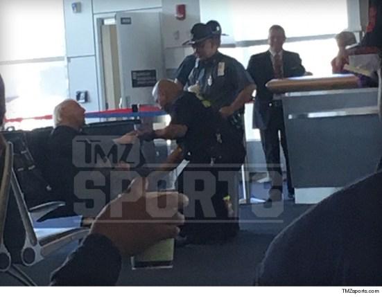 سلوك غريب ومثير للارتياب من ريك فلير في أحد المطارات (صور)