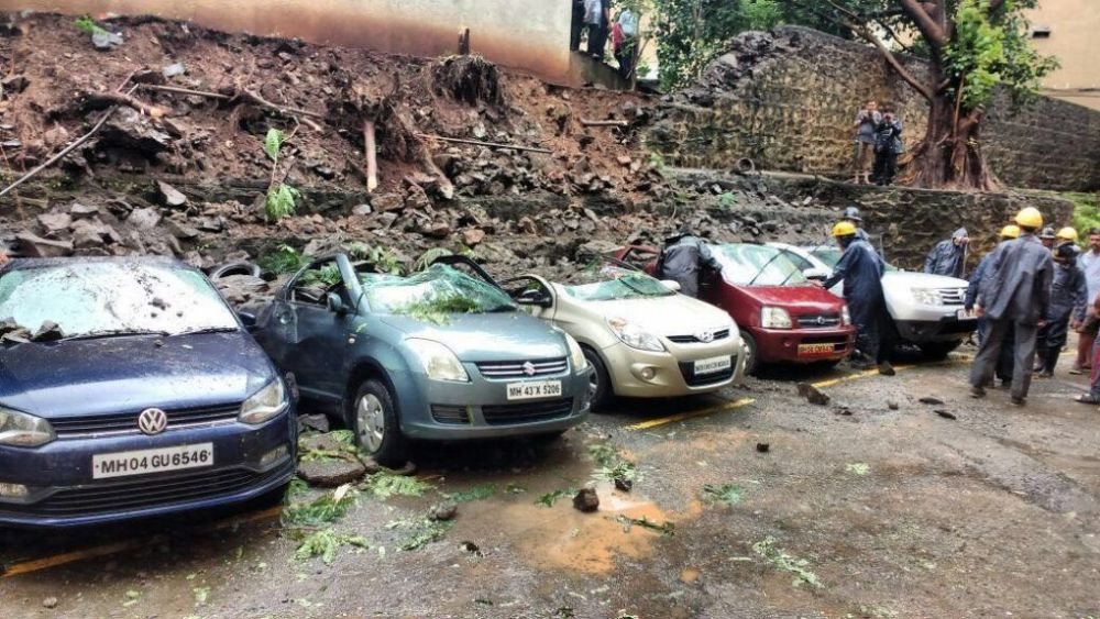 9 cars crushed in wall collapse near R-Mall, Thane 2