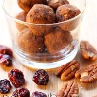 Boules d'énergie aux noix de pecan et cranberries {Véganes et crues}