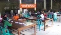 Suasana pleno di gedung serbaguna Kecamatan Bayan