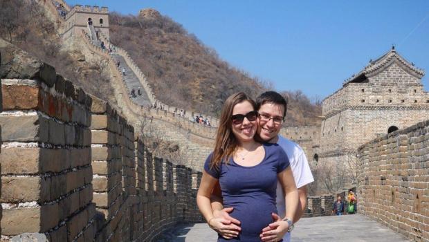 Nós com nossa pequena na Muralha da China.