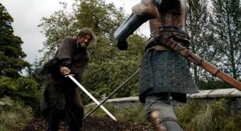 Jaime le roba una espada a Brienne