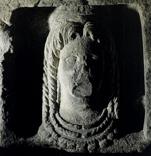 Tarquinia - Estela con cabeza femenina