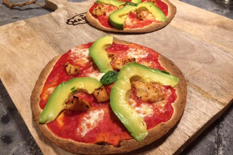 Tortilla-pizza met BBQ-kip en avocado