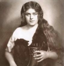 Lehmann as Sieglinde bringing mead