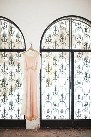 1940s vintage lace for a winter wonderland wedding a for Decoration fenetre ronde