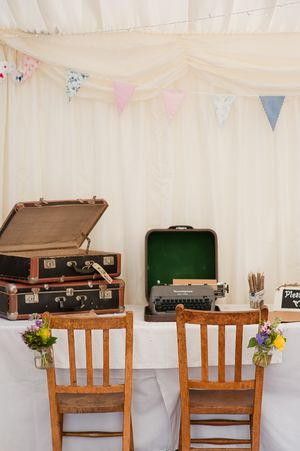 A 1950s Inspired Bride with a Passion for Vintage and Cake... (Weddings )