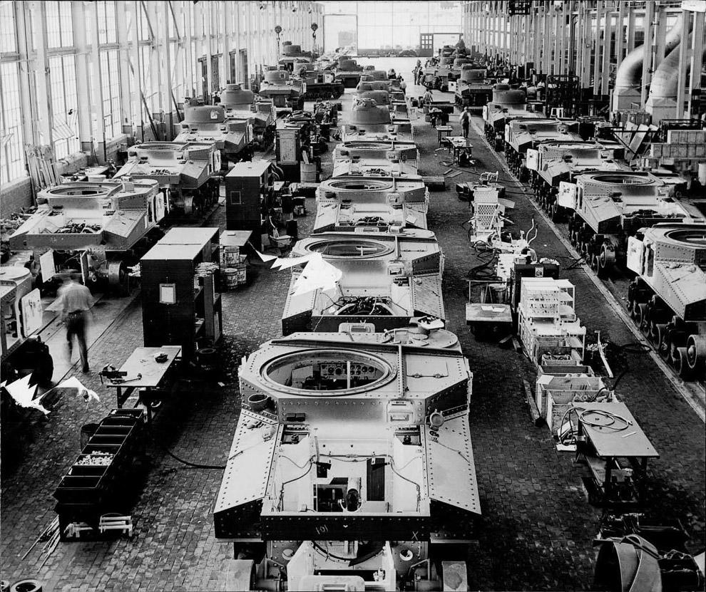 在战争期间,底特律(美国)的克莱斯勒工厂被改造成了一个坦克制造工厂.