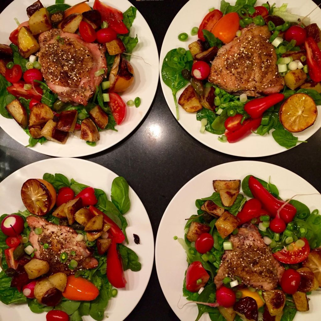 Four dinner salads with chicken thighs.