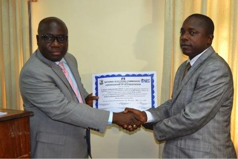 Chủ tịch Ủy ban Bầu cử Quốc gia Liberia trao chứng nhận đăng ký thành lập đảng cho đại diện của Đảng Thống nhất PUP hồi năm 2014, nâng tổng số đảng chính trị đăng ký ở nước này lên con số 32. Ảnh: necliberia.org