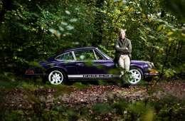 """Mads Christensen elsker biler, ikke mindst denne Porsche 911 fra 1969. Han har desuden to Ferrarier samt endnu en Porsche af ældre dato, der skal bygges op som en """"rå og upoleret bjergracer"""". Blærerøven medgiver, at biler er en kostbar hobby, men som mand er det vigtigt at have noget at gå op i."""